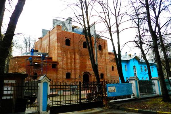 Ветхое здание на востоке Москвы реконструируют под храм