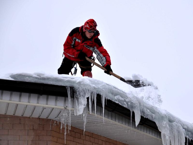 Очистка крыш домов от снега