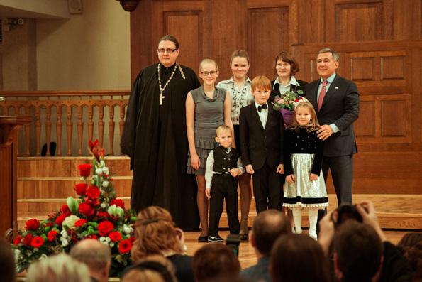 Президент Татарстана наградил жену священника медалью материнской славы