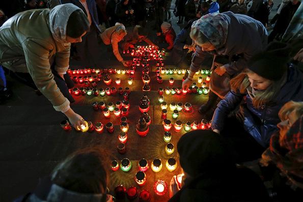 Крест из 224 свечей выложили у главного храма Москвы верующие в день траура
