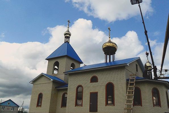 Купола с крестами над селом