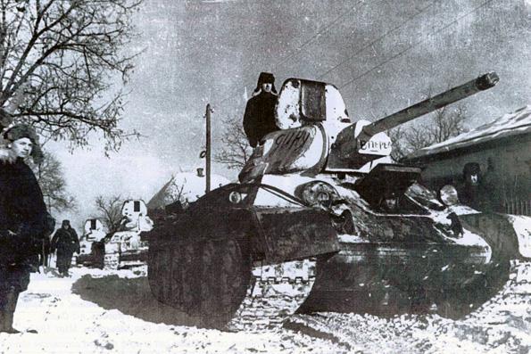 Советские танки Т-34 на улице освобожденного города Изюм (Харьковская область)
