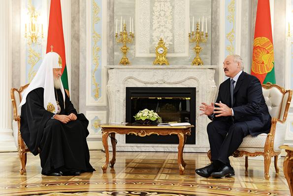 Лукашенко пообещал Патриарху Кириллу сделать все для прекращения войны на Украине