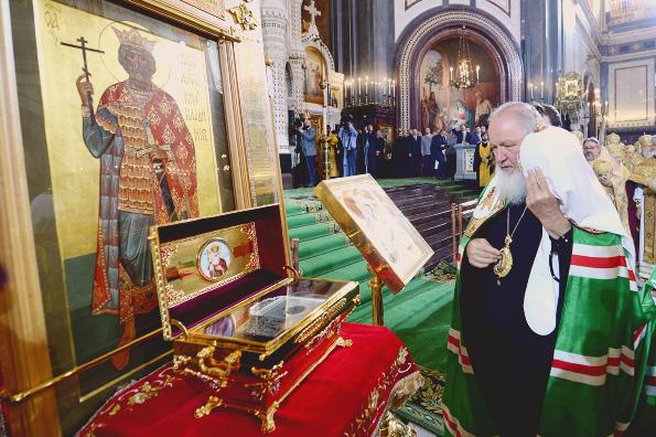 Патриарх Кирилл у раки с мощами благоверного князя Владимира