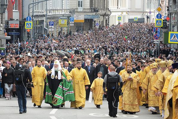 Патриарший крестный ход в центре Москвы растянулся на несколько километров