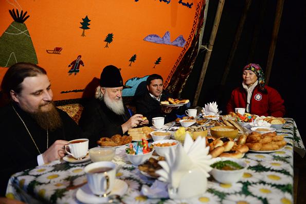 Патриарх Кирилл почаевничал в чуме с ненецкими оленеводами