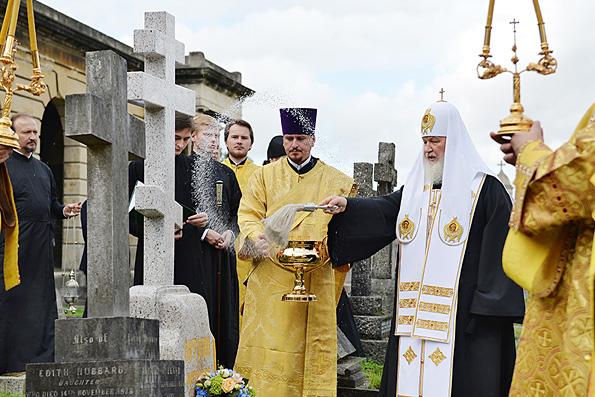 Патриарх Кирилл освятил надгробие митрополита Антония Сурожского