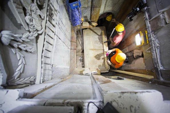 Впервые с XVI века с ложа Христа в Гробе Господнем сняли плиту