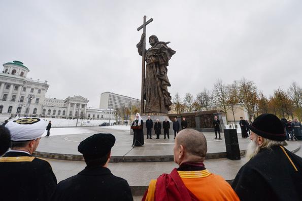 Патриарх Кирилл освятил памятник благоверному князю Владимиру