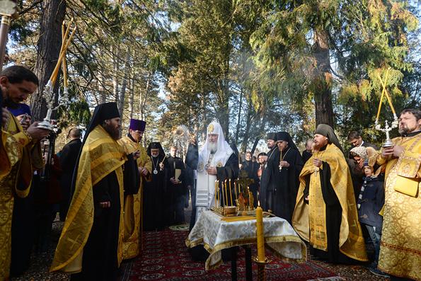 Патриарх Кирилл на кладбище Сен-Женевьев де Буа помолился «об излечении ран русской эмиграции»