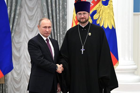 Владимир Путин вручил госпремию священнику — главе детского хосписа в Петербурге