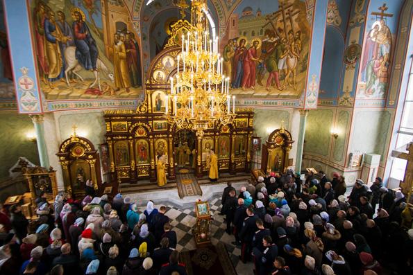 Больше всего россияне доверяют армии и Церкви – опрос