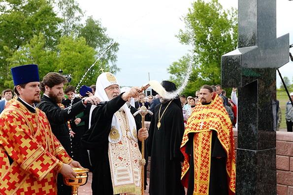 Патриарх Кирилл освятил поклонный крест на месте храма, где служил его дед