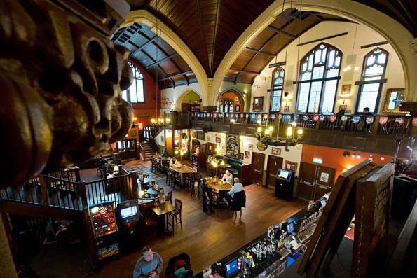 В Нидерландах здания церквей превращаются в кафе или магазины