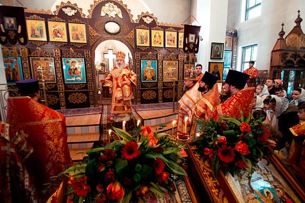 Митрополит Феофан совершил Литургию в престольный праздник храма Собора новомучеников и исповедников Церкви Русской