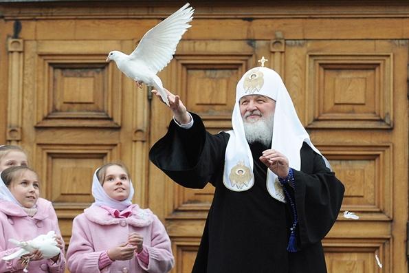 Патриарх Кирилл выпустил голубей в небо над Кремлем