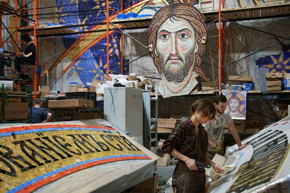 В Сербию из России привезли 10-тонную мозаику для крупнейшего храма Белграда